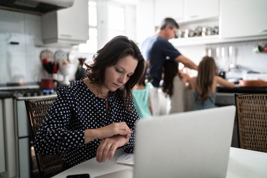 Mutter am Laptop, Vater mit Kindern in der Küche