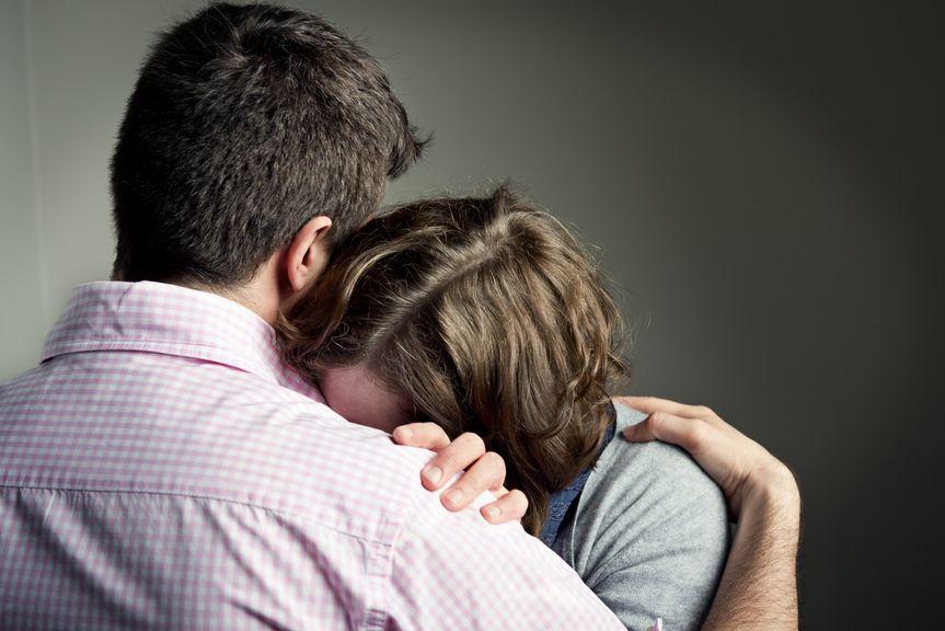 Trauriges Paar tröstet sich