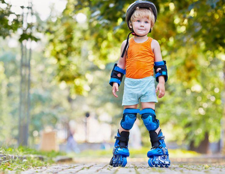 Kind mit Rollerskates unterwegs
