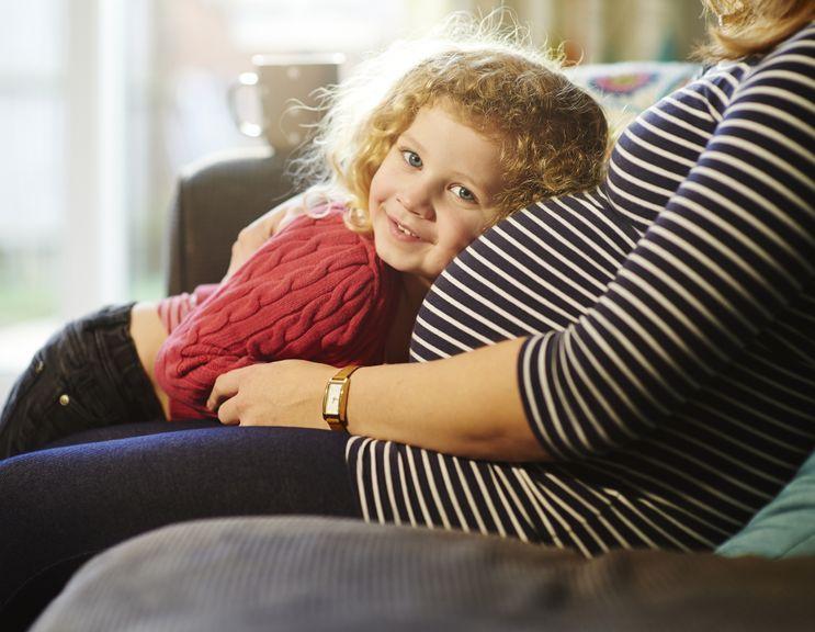 Kind hört am Bauch der schwangeren Mutter