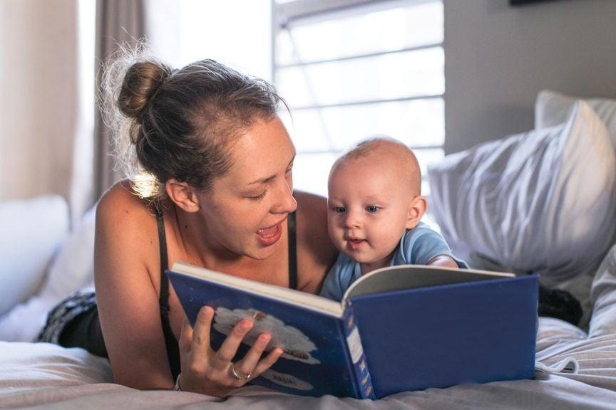 Mutter liest Baby vor