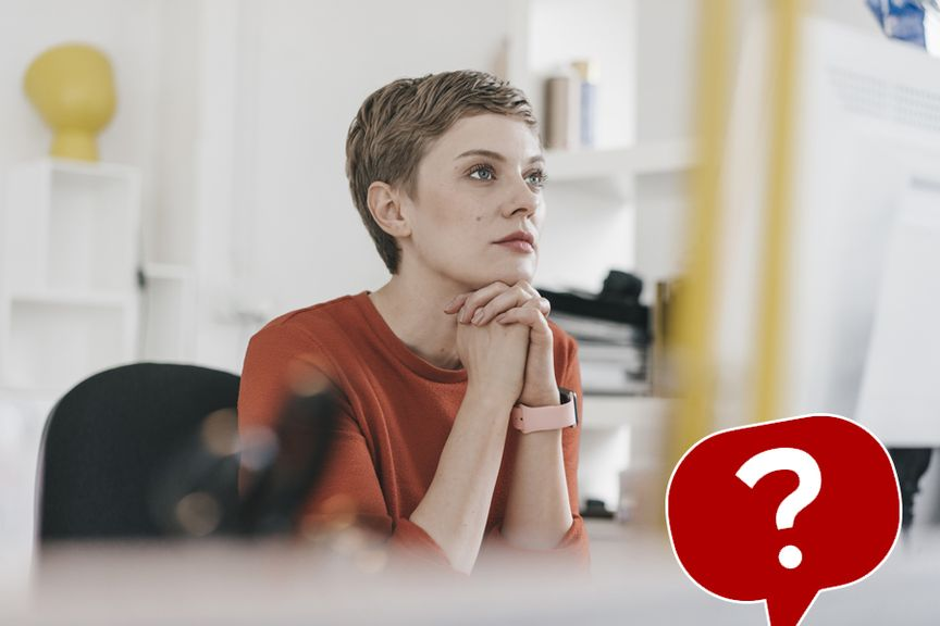 Frau am Arbeitsplatz mit Icon