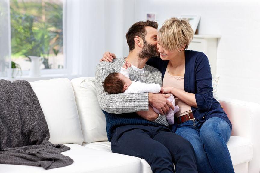 Verliebtes Paar mit Baby