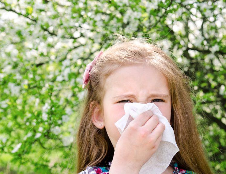 Mädchen putz sich die Nase