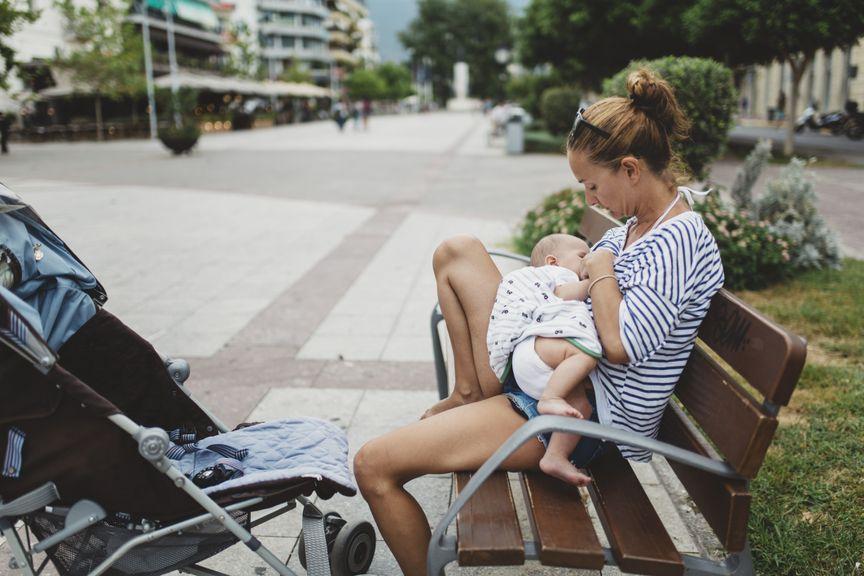 Mutter stillt Baby in der Öffentlichkeit