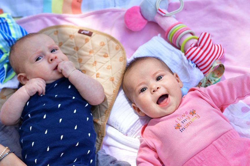 zwei Babys, Junge und Mädchen