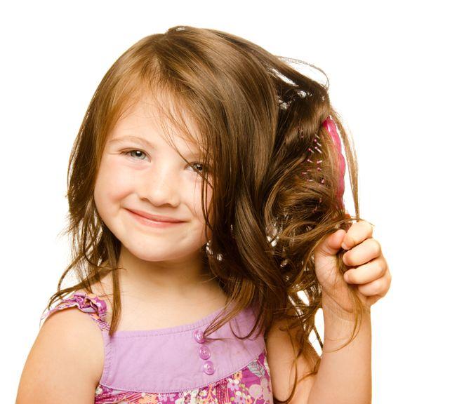 Mädchen kämmt die langen Haare