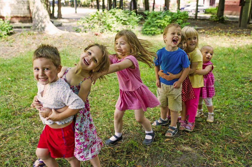 Fröhliche Kindergruppe spielt im Park