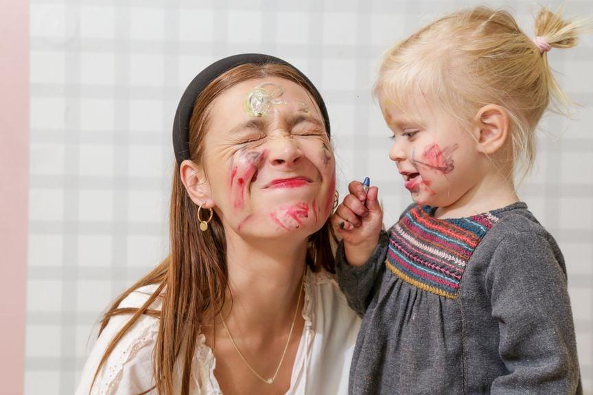 Mädchen schminkt Erwachsene