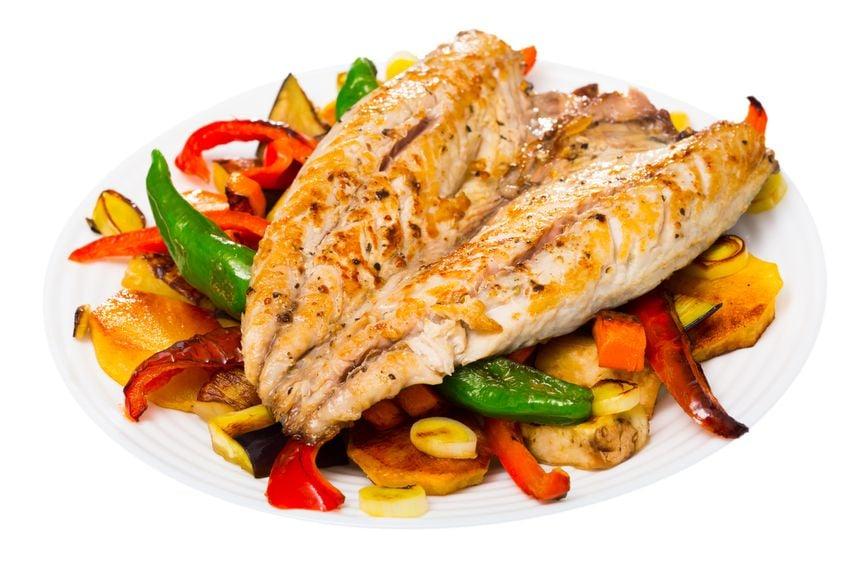 Gebratener Fisch auf Gemüse