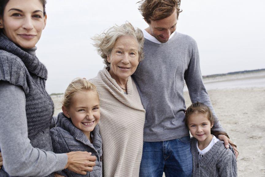 Familie mit Grossmutter am Strand