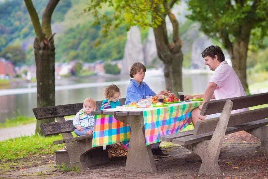 Picknick unterwegs im Park unter Bäumen