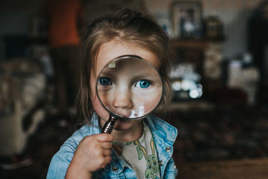 Kind schaut durchs Vergrösserungsglas