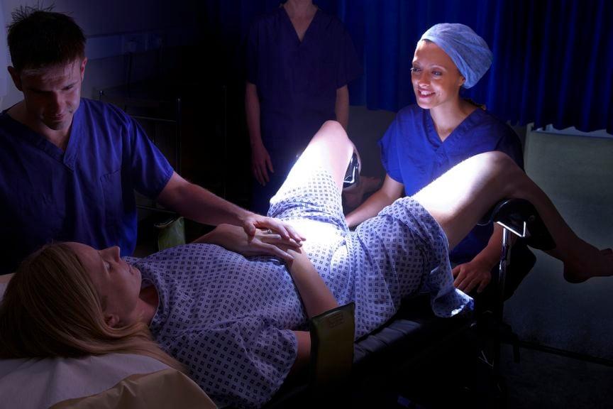 Frau im Spital für IVF