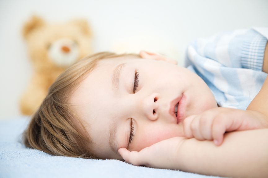 Kind schläft in Seitenlage