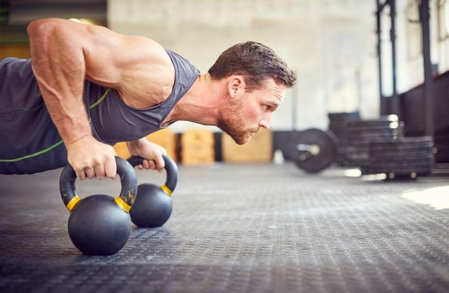 Mann beim intensiven Training