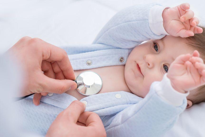 Baby wird mit Stethoskop abgehört