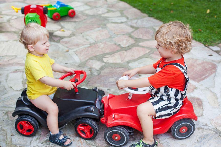 Kinder auf Bobby cars