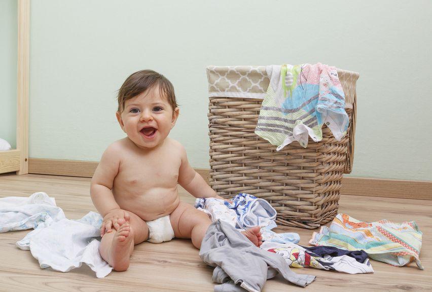 Baby spielt mit Kleidung