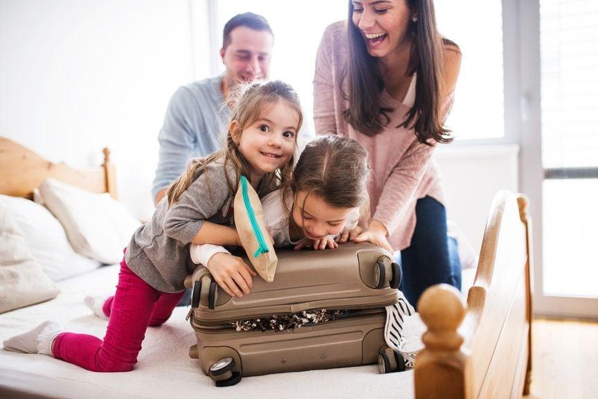 Familie mit überfülltem Ferienkoffer
