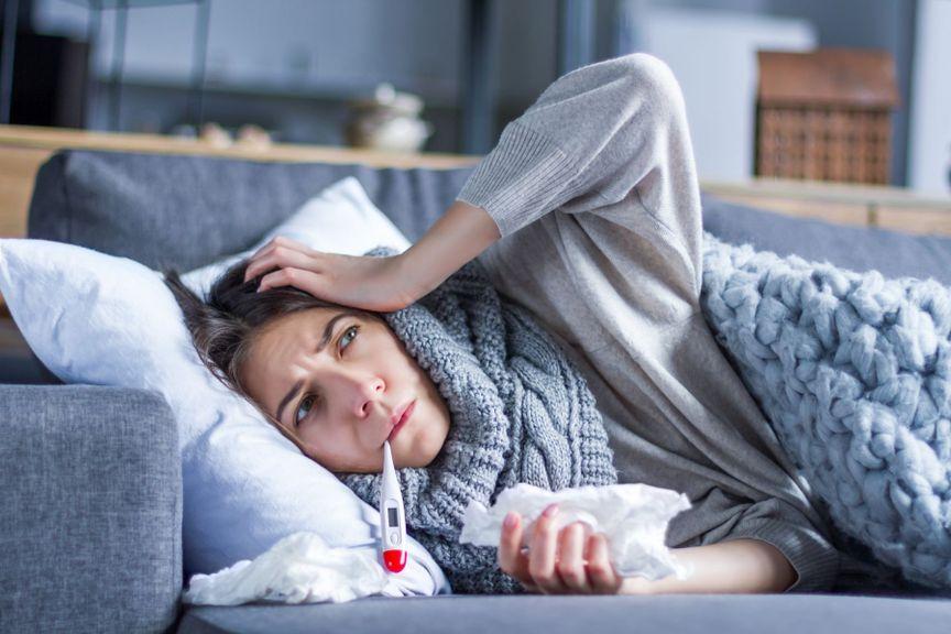 Frau krank auf Sofa