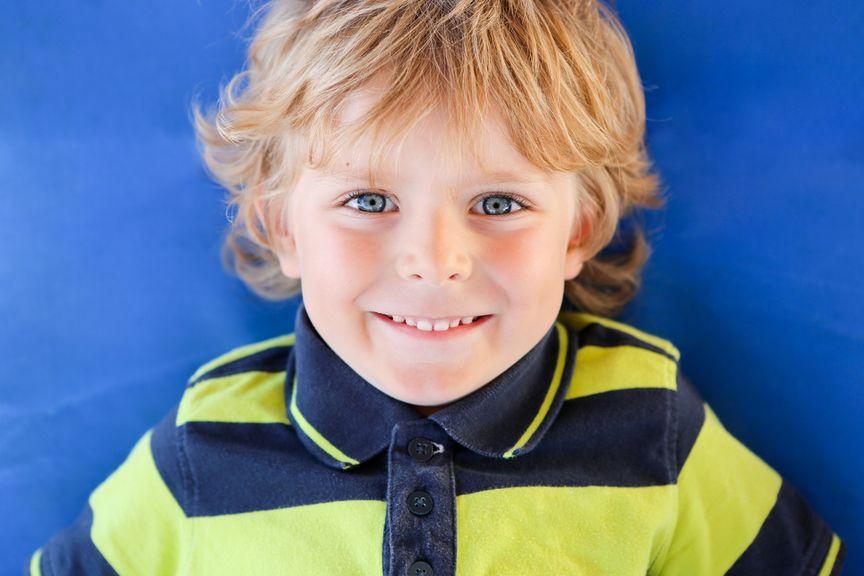 Portrait eines Jungen mit blonden Haaren