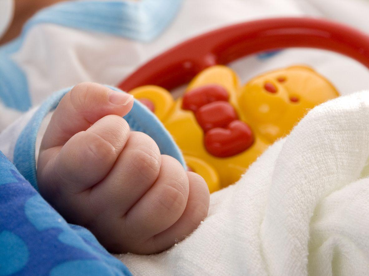 Babyhand und Greifspielzeug
