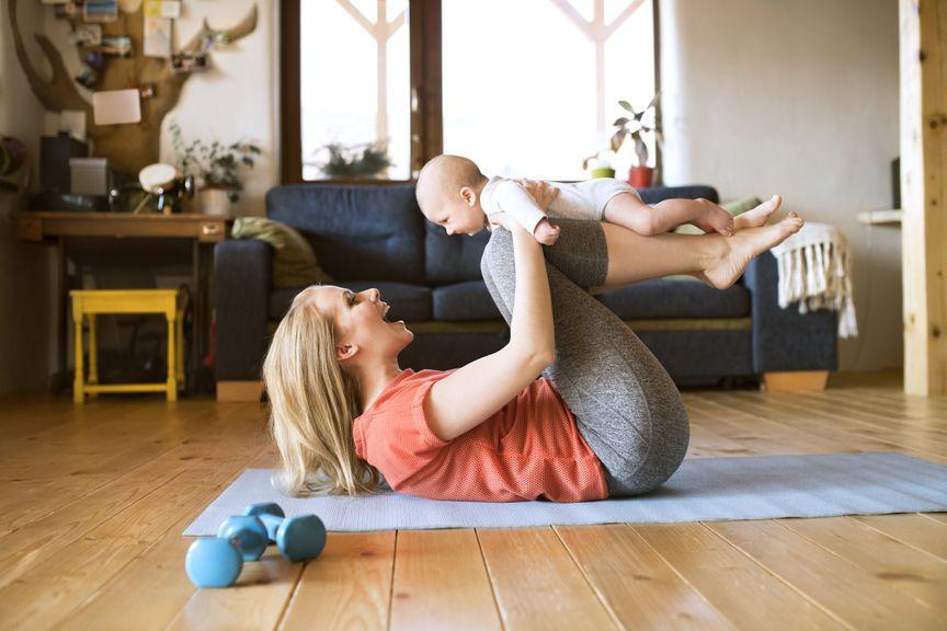 Mutter mach Sport mit dem Baby