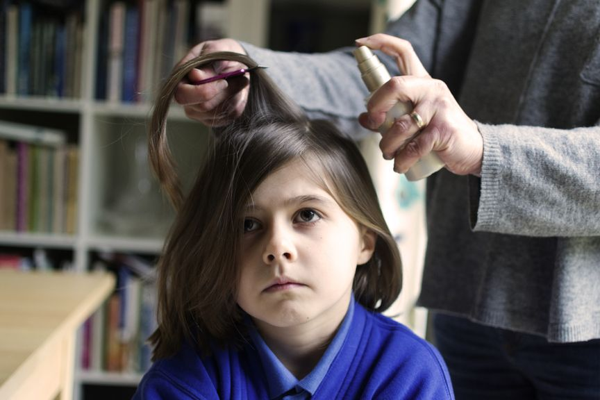 Haaransatz wird eingesprüht