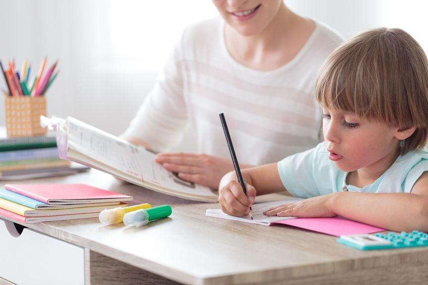 Mutter hilft ihrem Sohn bei den Hausaufgaben