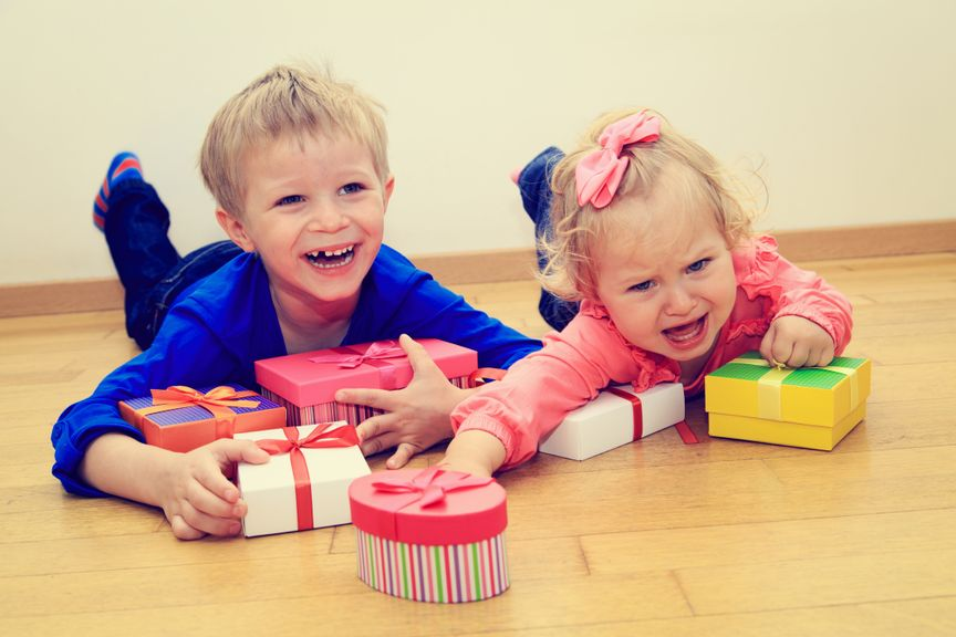 Geschwister streiten sich um Geschenke