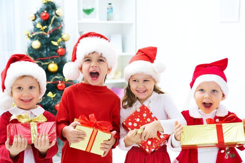 Kinder verkleidet als Weihnachtsmänner