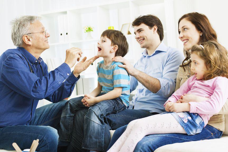 Familie mit Kindern beim Kinderarzt