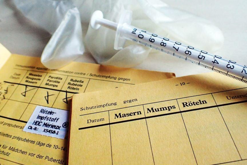 Impfausweise mit Spritze