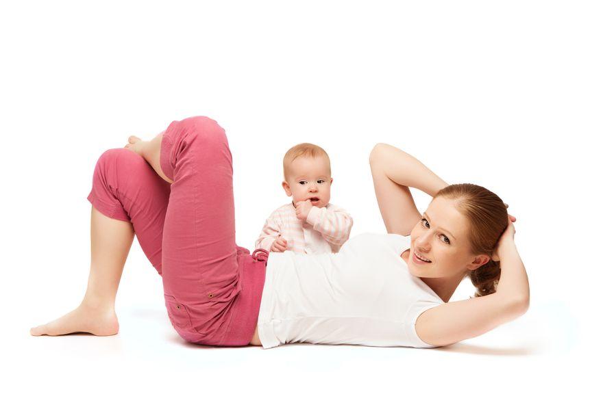 Mutter bei der Rückbildungsgymnastik mit Baby