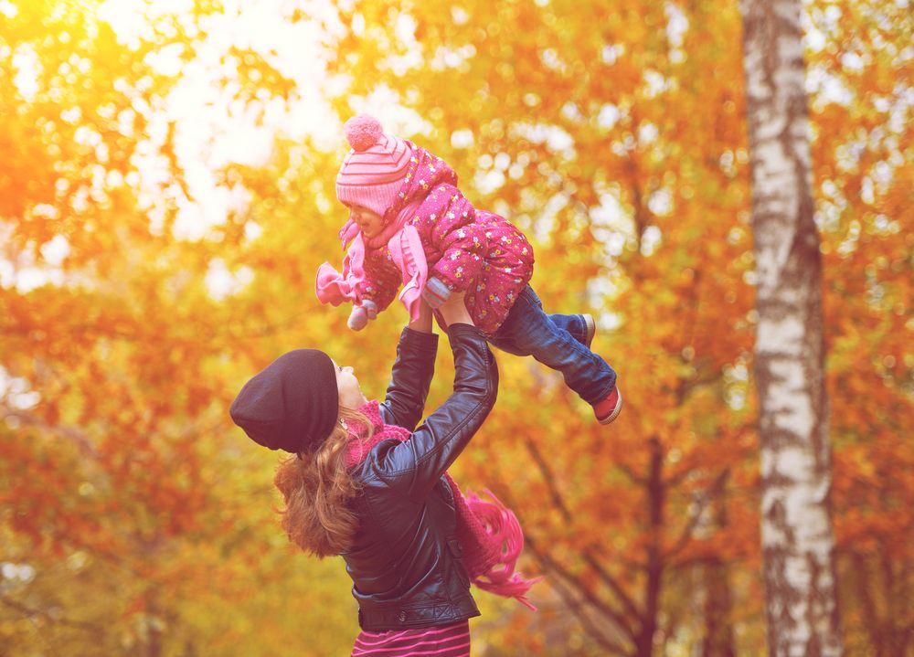 Mutter wirft Tochter in die Luft