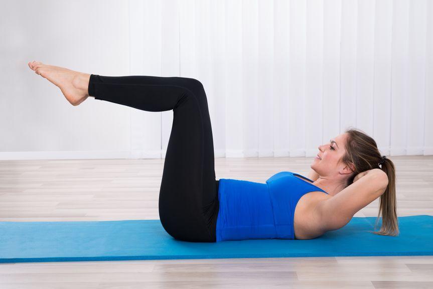 Frau bei  Übungen,Frau macht Übungen am Boden