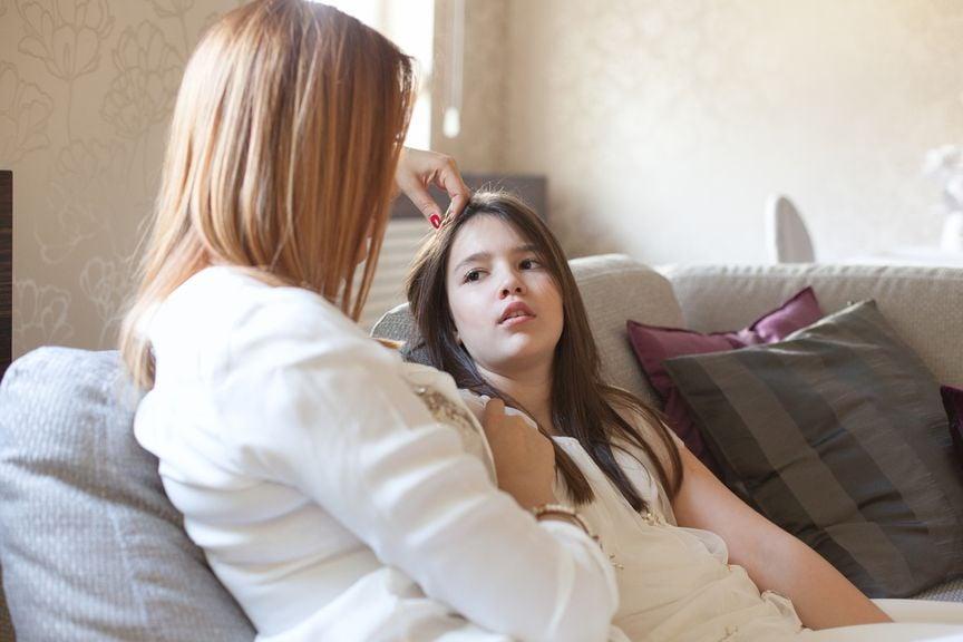 Mutter und Tochter im Gespräch