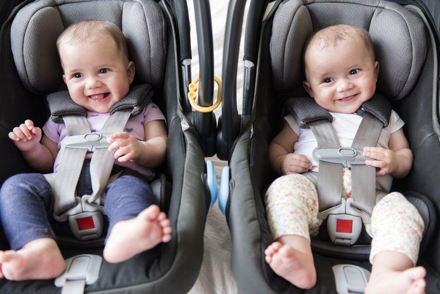Zwillinge im Autokindersitz
