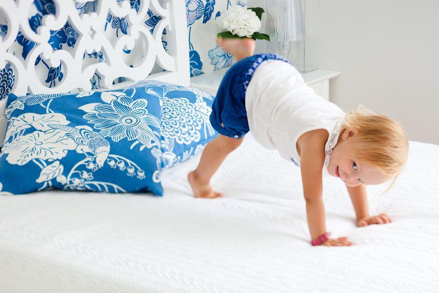 Kind turnt auf dem Bett