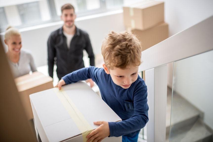 Familie zieht in neue Wohnung ein