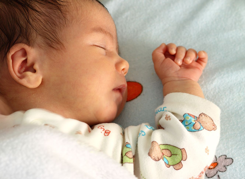 Neugeborenes schläft