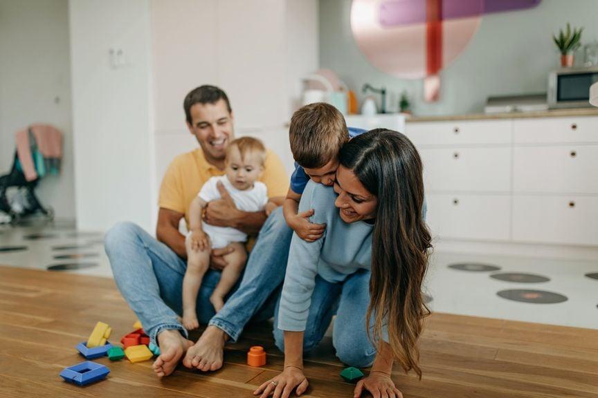 Familie spielt am Boden