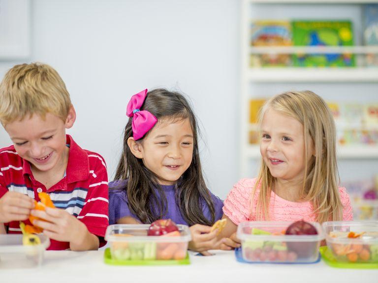 Kinder essen gesunden Snack in der Pause