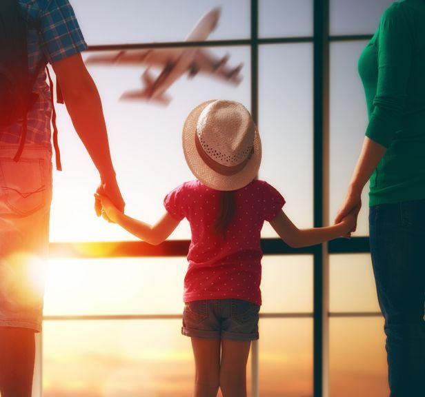 Eltern und Kind am Flughafen