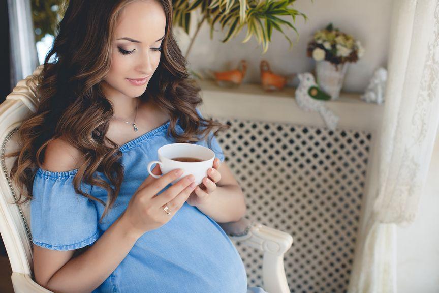 Schwangere mit einer Tasse Tee
