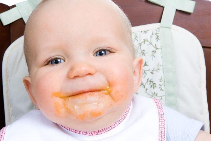 Baby mit verschmiertem Gesicht