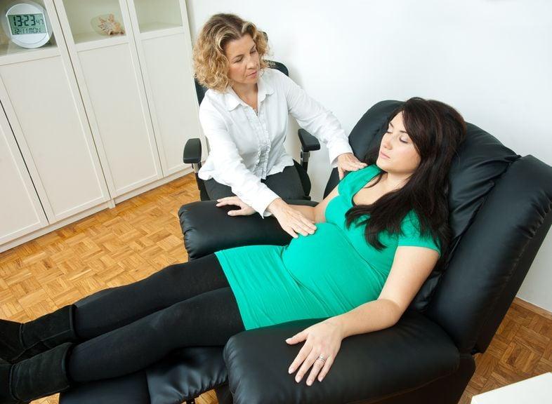 Schwangere mt Therapeutin während der Geburtsvorbereitung mit Hypnose