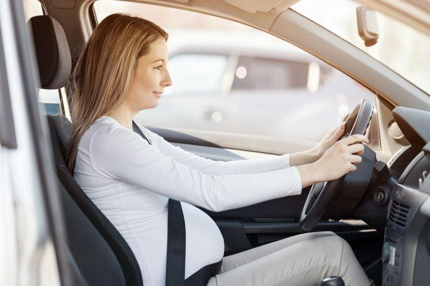 Schwangere fährt Auto