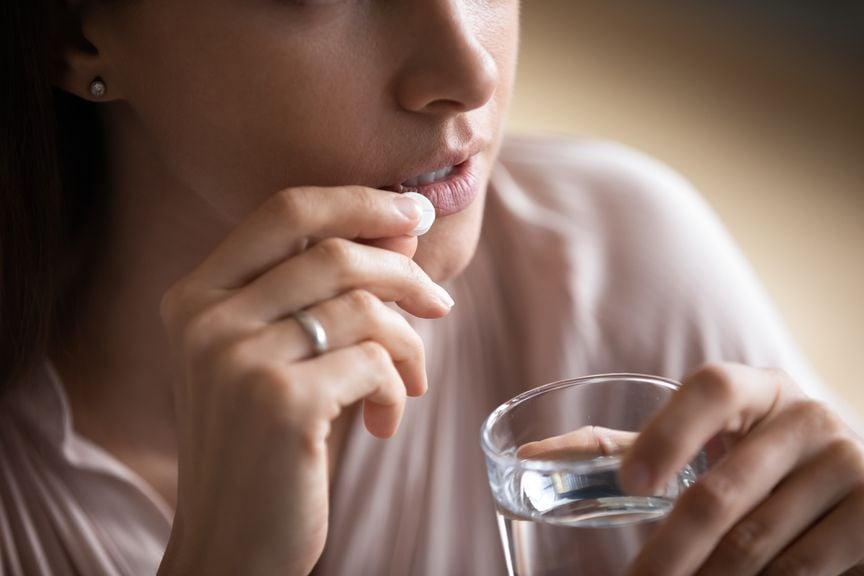 Frau nimmt eine Tablette